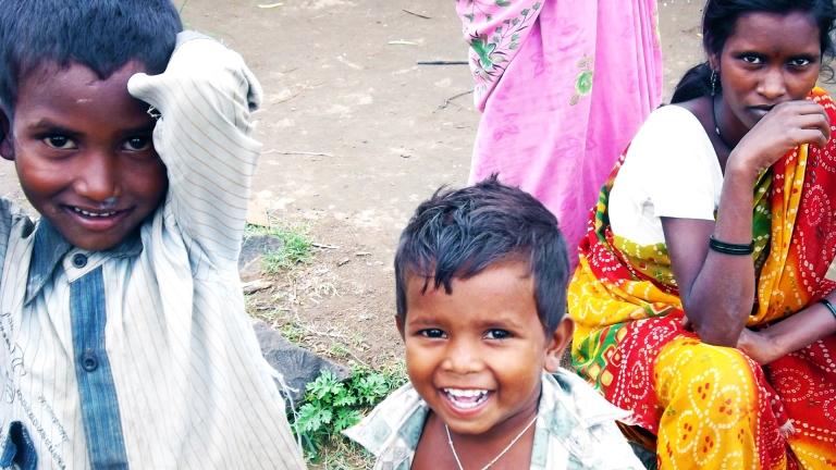 o miúdo que sorri numa tribo que não